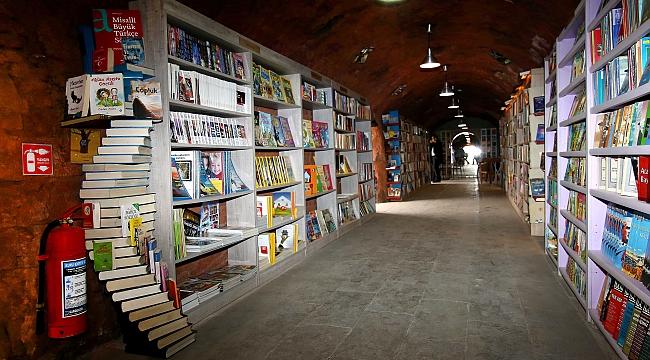Çöpten Toplanan Kitaplardan Kütüphane Yaptılar